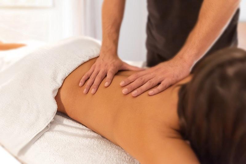 Masażystka wykonuje masaż pleców Wrocław